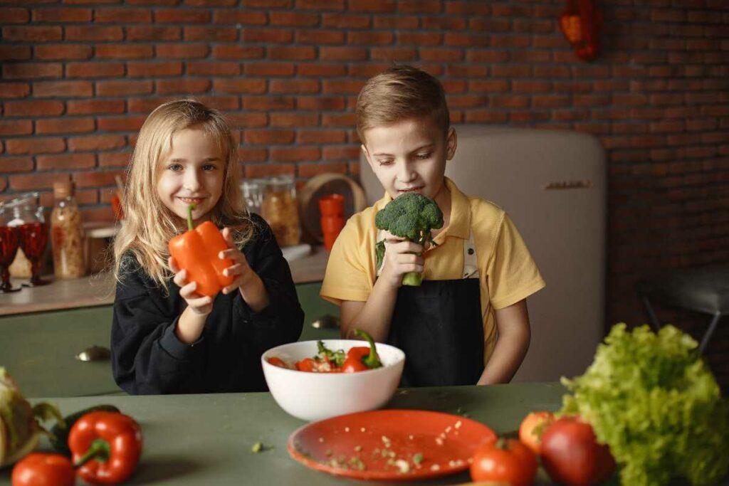 bambini con verdure