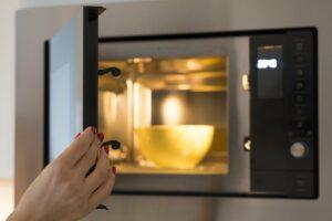 Cuocere al microonde: tutti i trucchi per farlo bene