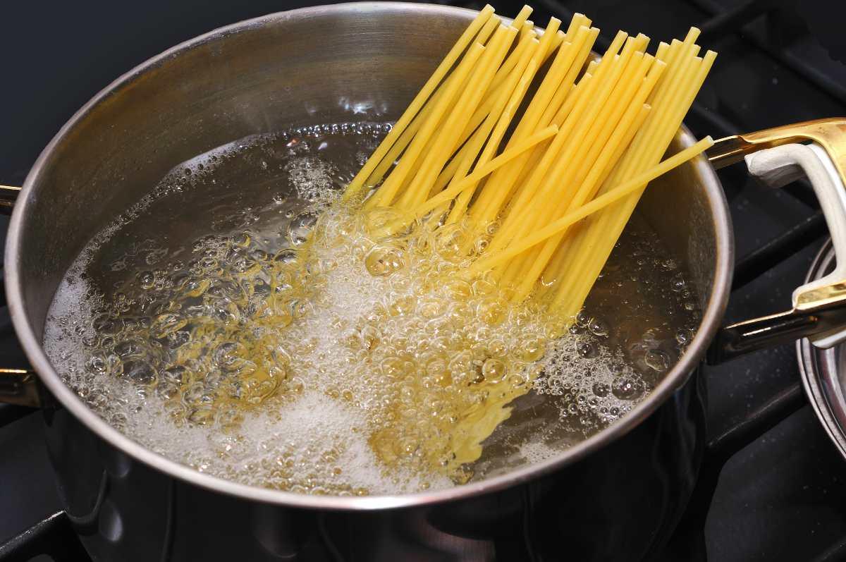 Acqua di cottura della pasta: scopri subito come puoi usarla!
