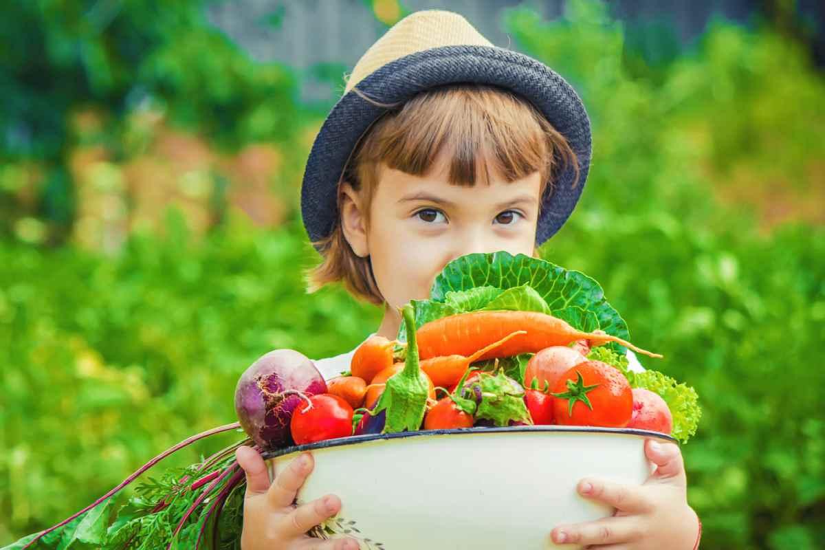 Bimba con verdure