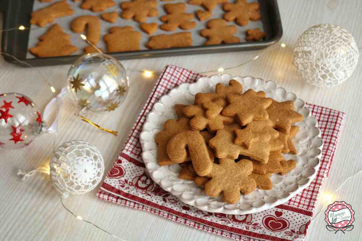 piatto con biscotti e lucine