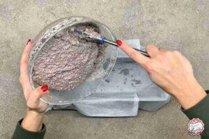 Versare impasto nello stampo per plumcakes