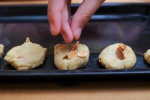 decorare biscotti crudi con mandorle
