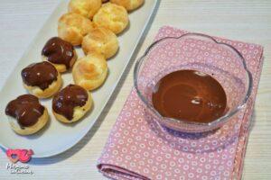 Bignè alla crema glassati al cioccolato fondente