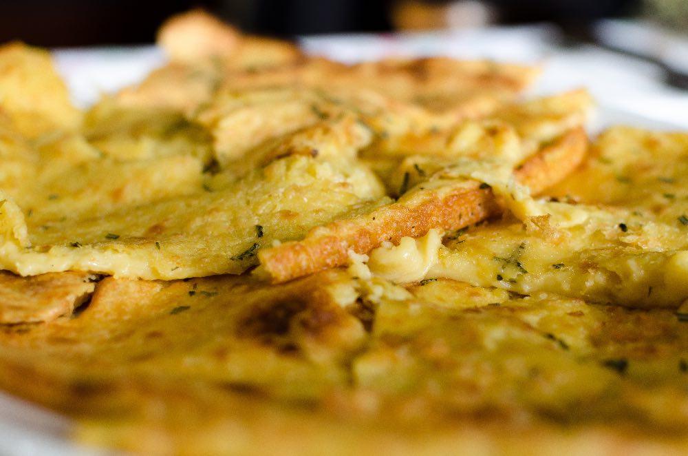 Pizza di ceci, croccante, veloce, al posto del pane