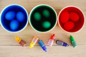 uova nell'acqua e coloranti
