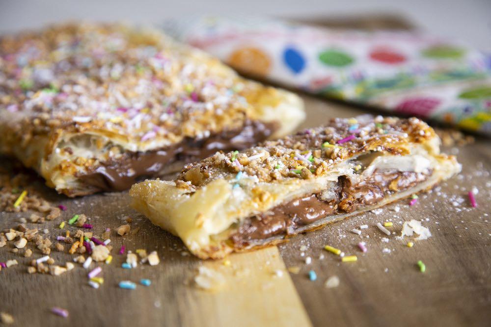 Pizza sfoglia dolce ripiena di cioccolato al latte