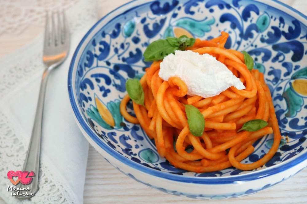 Spaghetti integrali al sugo di peperone e querelle di caprino