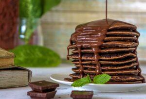 versare cioccolato pancakes