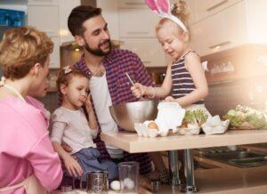 Preparazione dolce in famiglia