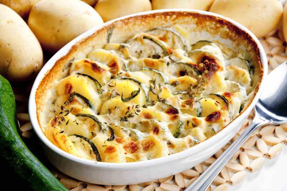 Parmigiana bianca filante di zucchine e patate senza besciamella