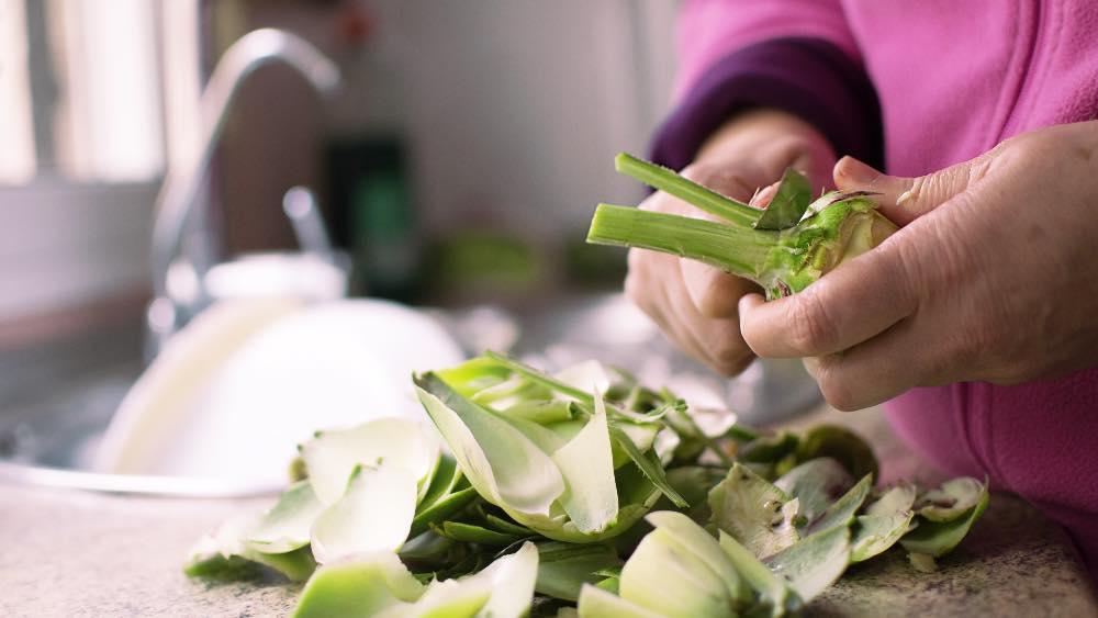 il trucco per togliere le macchie di verdura dalle mani