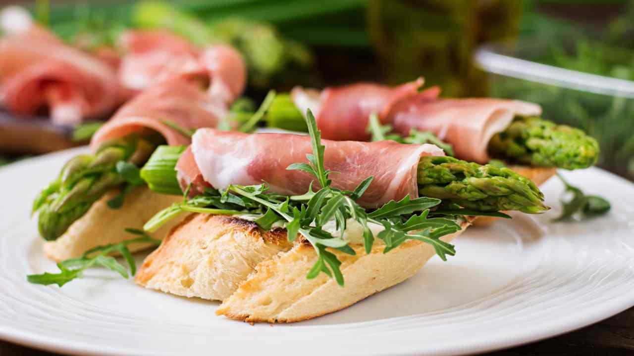 crostini prosciutto con asparagi