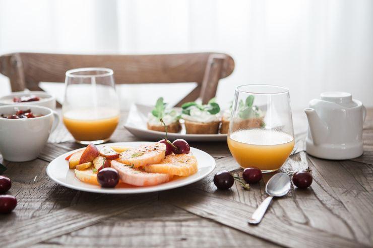 Frutta e succhi a colazione